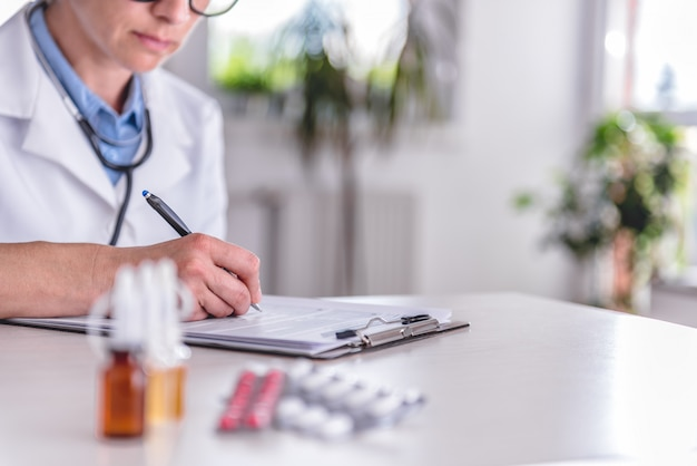 Fournitures médicales sur la table