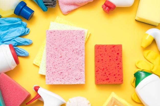 Fournitures de nettoyage de cuisine. ensemble d'éponges et de produits chimiques en tissu de base.