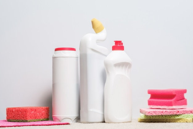 Les fournitures de nettoyage. produits assortis sur blanc