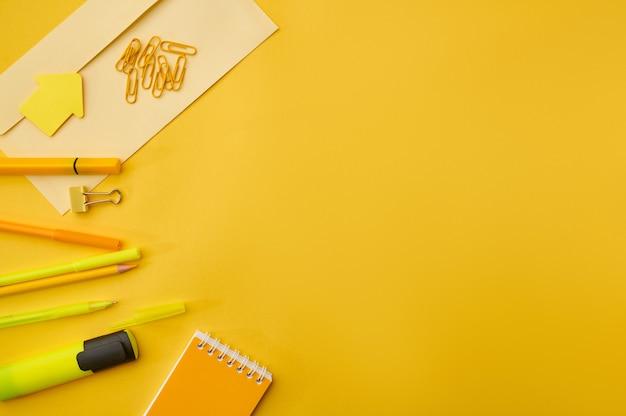 Fournitures de papeterie de bureau, vue macro tout dans les tons jaunes. accessoires scolaires ou éducatifs, outils d'écriture et de dessin