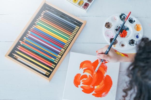Fournitures de peinture. ensemble et palette de crayons de couleur. artiste créant des œuvres d'art florales abstraites
