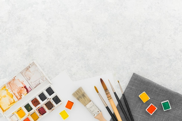 Fournitures de peinture vue de dessus avec espace copie