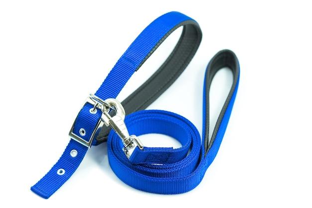 Fournitures pour animaux de compagnie sur les colliers avec laisse pour chien ou chat isolé sur fond blanc