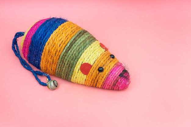 Fournitures pour animaux de compagnie sur le jouet coloré de la souris pour les chats