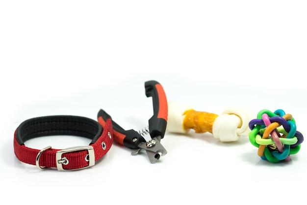 Les fournitures pour animaux domestiques ont des colliers, des ciseaux à ongles.