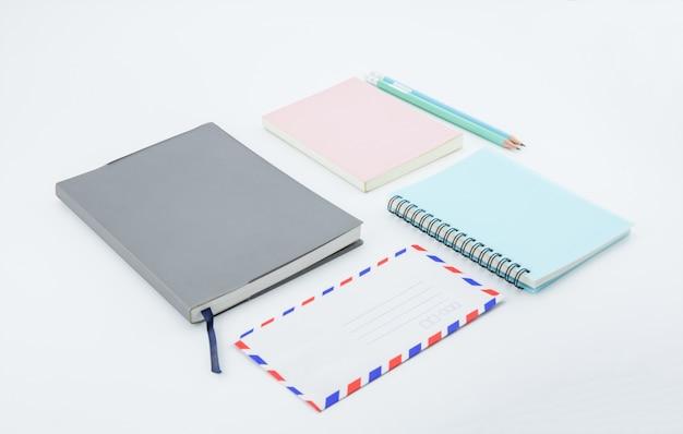 Fournitures scolaires, accessoires de papeterie sur fond blanc