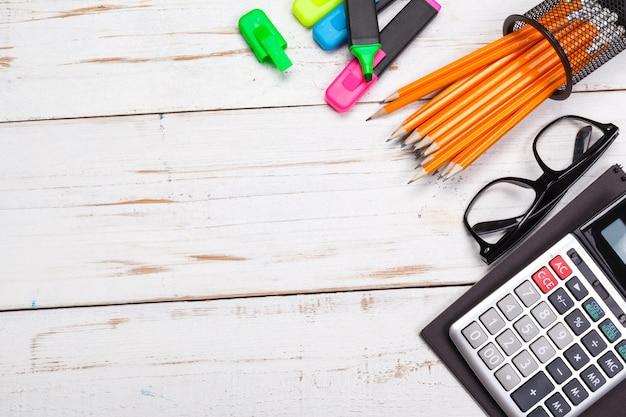 Fournitures scolaires, accessoires de papeterie sur table en bois