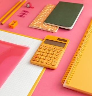 Fournitures scolaires à angle élevé sur la composition de la table