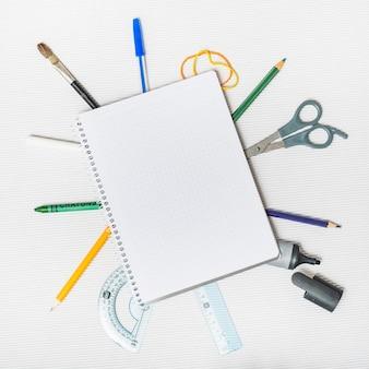 Fournitures scolaires autour du bloc-notes