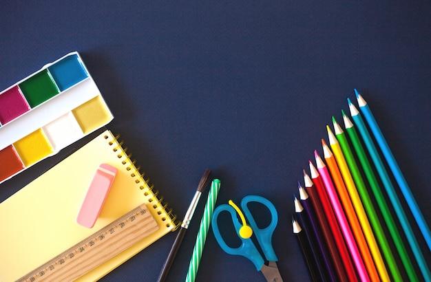 Fournitures scolaires sur bleu foncé