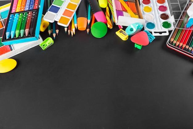 Fournitures scolaires bord inférieur sur le tableau