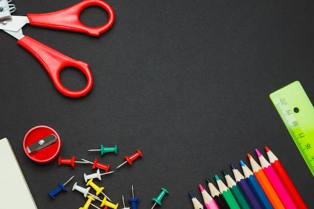 Fournitures scolaires bordure latérale sur un fond de tableau