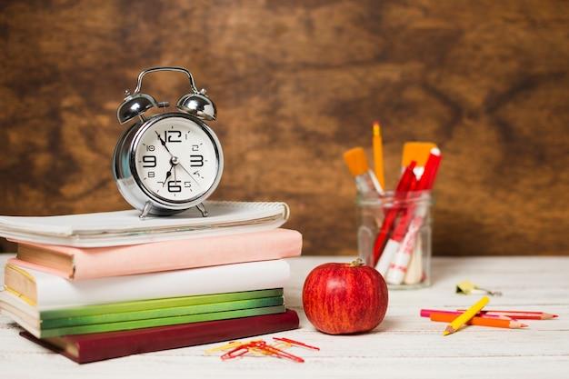 Fournitures scolaires sur un bureau blanc