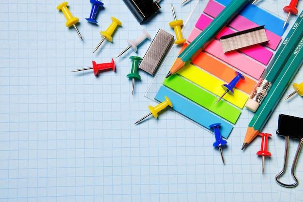 Fournitures scolaires et de bureau sur une feuille blanche