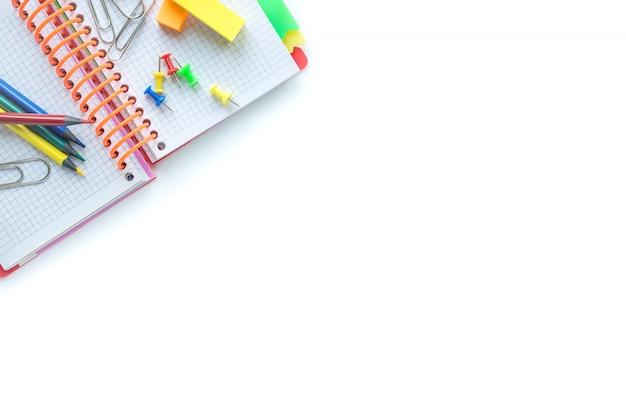 Fournitures scolaires et de bureau sur fond blanc. copyspace. vue de dessus