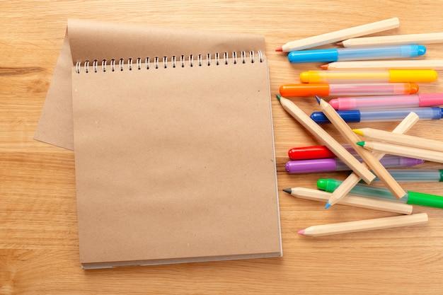Fournitures scolaires et de bureau. fond d'école.