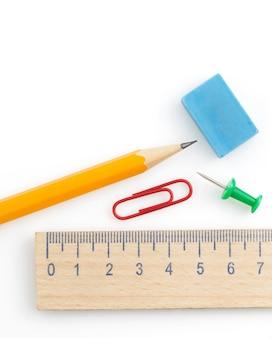 Fournitures scolaires et de bureau isolés sur fond blanc