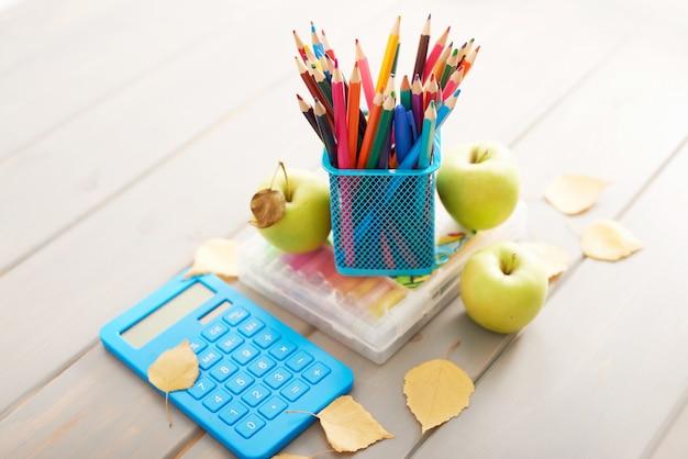 Fournitures scolaires sur le bureau, la rentrée scolaire