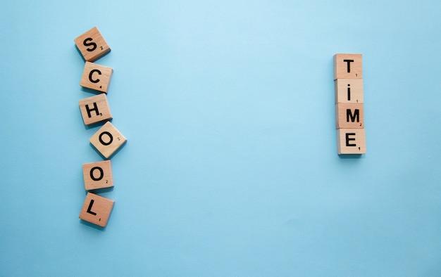 Fournitures scolaires sur le bureau. retour au concept d'école.