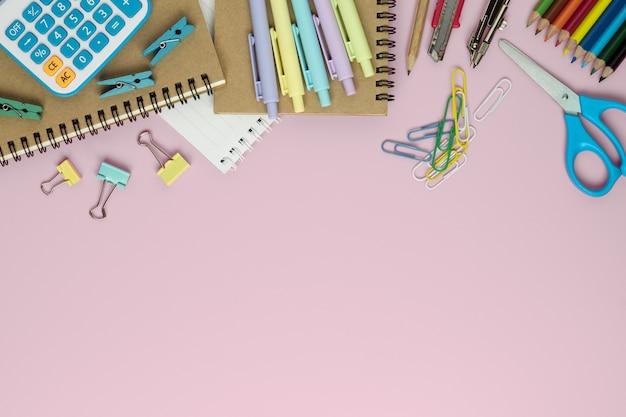 Fournitures scolaires et bureau stationnaire sur fond de couleur rose, retour au fond de l'école