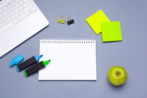 Fournitures scolaires et de bureau sur la table de bureau