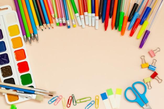 Fournitures scolaires et de bureau sur la table.