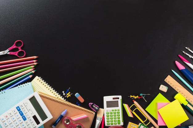 Fournitures scolaires et de bureau. vue de dessus arrière-plan avec fond