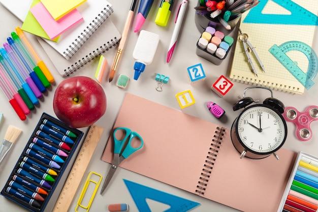 Fournitures scolaires et de bureau. vue de dessus.