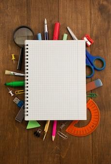 Fournitures scolaires et cahier sur bois