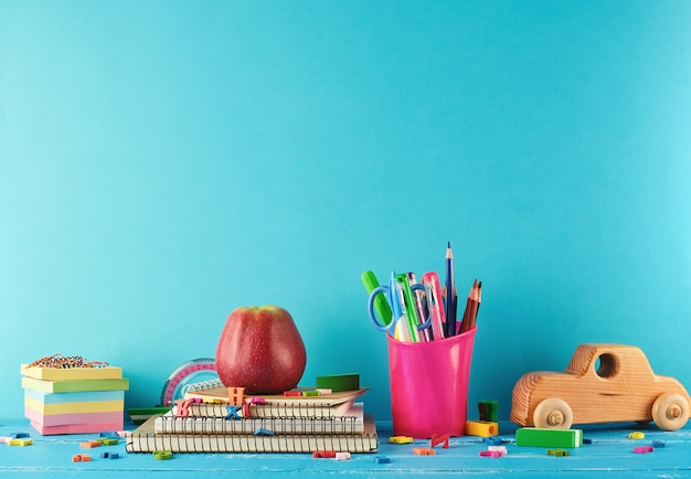 Fournitures scolaires: cahier, crayons, autocollants