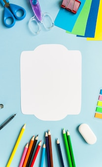 Fournitures scolaires avec carte ou note blanche vierge, vue de dessus