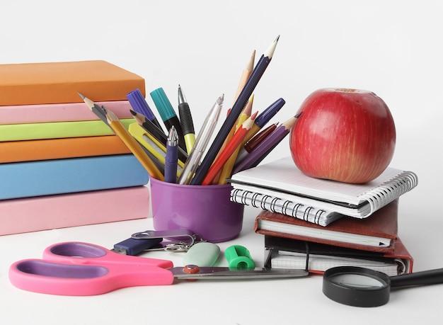 Fournitures scolaires colorées sur blanc