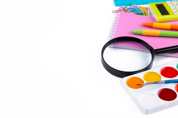 Fournitures scolaires colorées isolés sur blanc. retour à l'école