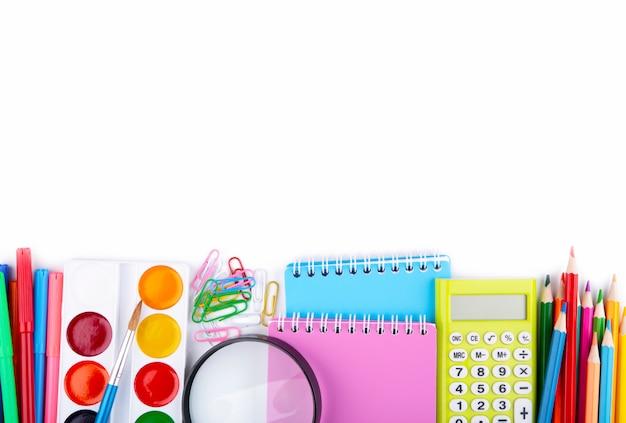 Fournitures scolaires colorées isolés sur blanc