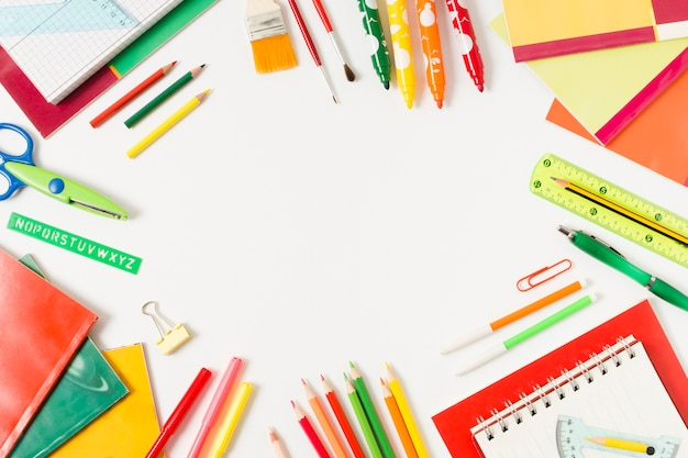 Fournitures scolaires colorées sur une surface plane