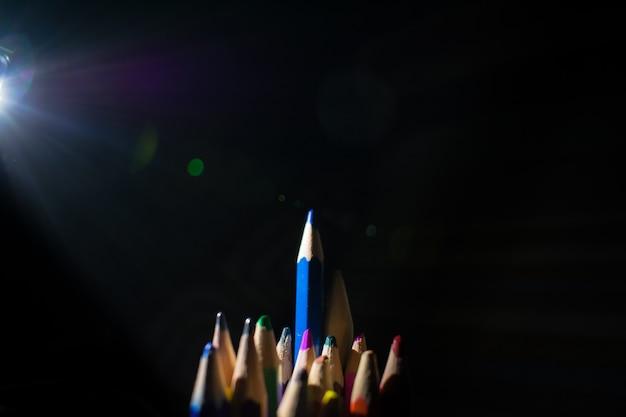 Fournitures scolaires crayons de couleur dans une rangée, isolé