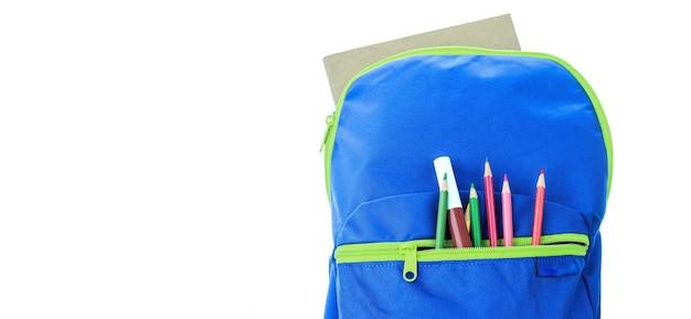 Fournitures scolaires dans un sac à dos bleu