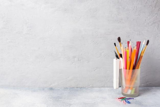 Fournitures scolaires, un ensemble de marqueurs au crayon dans un verre