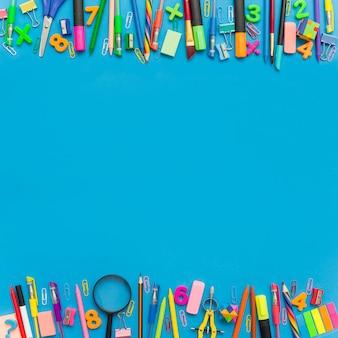 Fournitures scolaires avec espace copie au milieu.