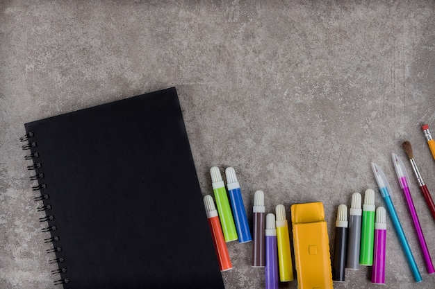 Fournitures scolaires sur l'espace de travail avec espace de copie.