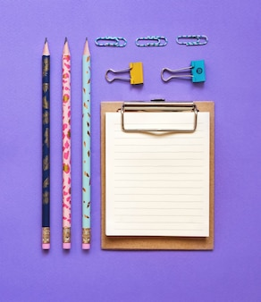 Fournitures scolaires flatlay sur violet