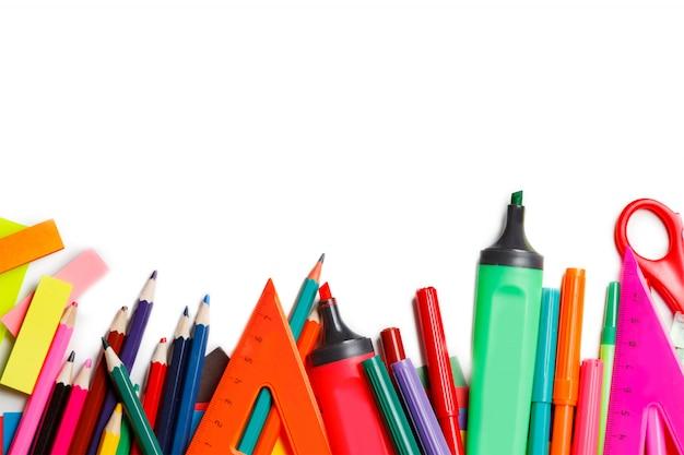 Fournitures scolaires sur fond blanc prêt pour votre conception