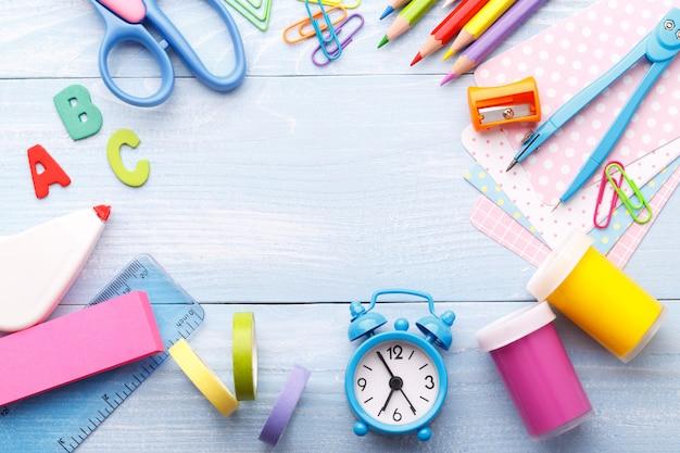 Fournitures scolaires sur fond bleu