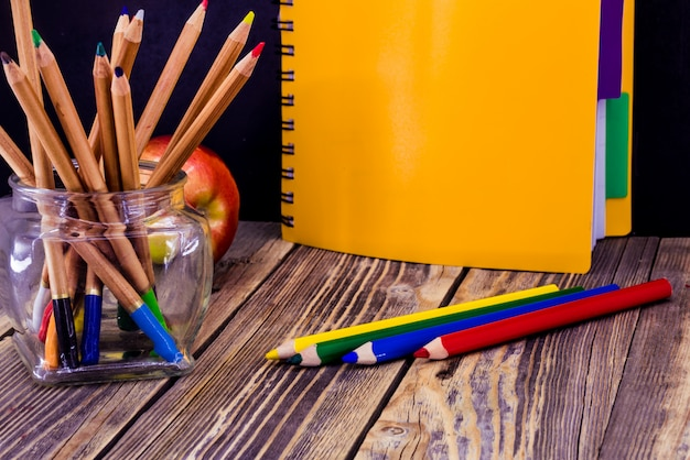 Fournitures scolaires sur fond de bois