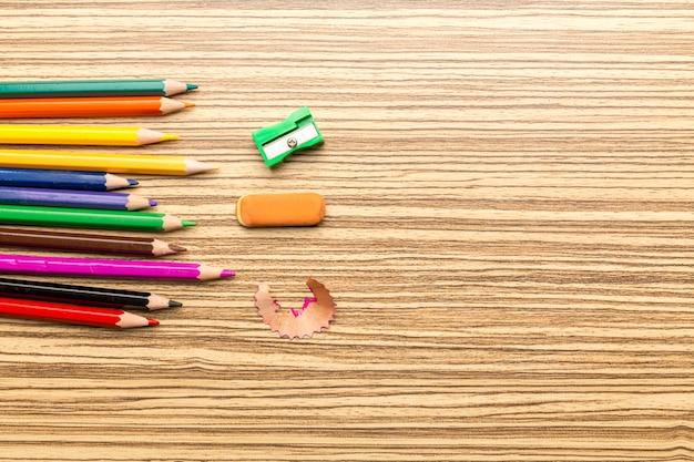 Fournitures scolaires sur fond en bois