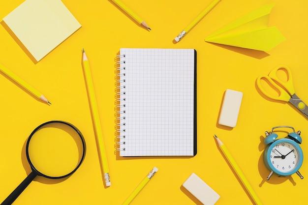 Fournitures scolaires sur fond jaune