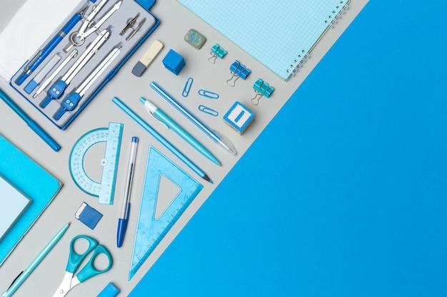 Fournitures scolaires sur fond de papier coloré avec fond