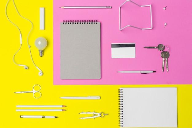 Fournitures scolaires sur fond de papier coloré