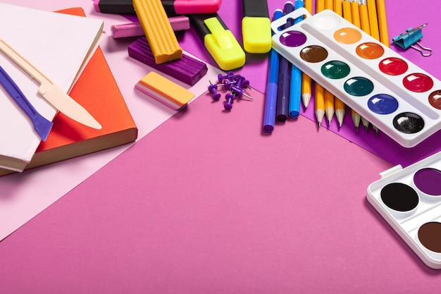 Fournitures scolaires sur fond rose