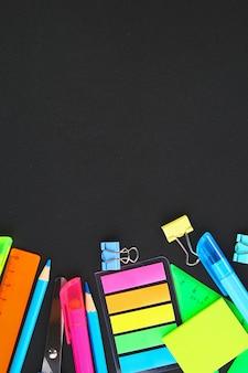 Fournitures scolaires sur un fond de tableau